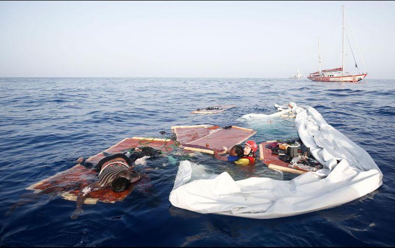 Tras naufragar en el Mediterráneo mueren 45 migrantes