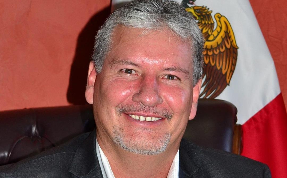 Condenan a alcalde de Morena que falsificó pasaporte para ir a Disneyland
