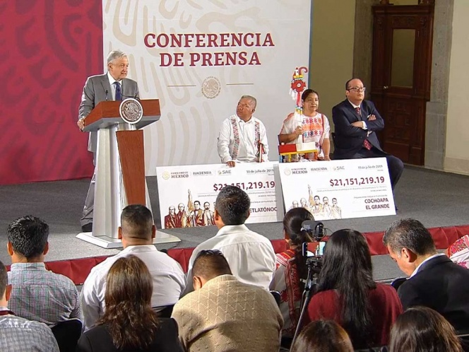 AMLO entrega 42 mdp de subastas a municipios de la montaña de Guerrero