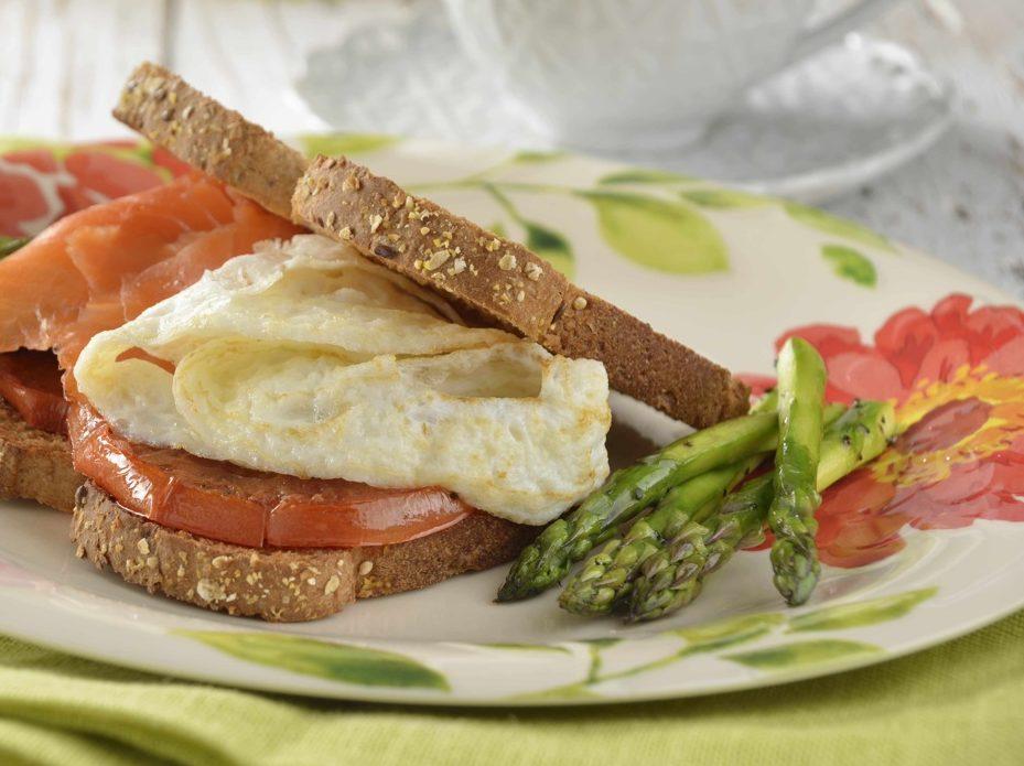 Sándwich de omelette con espárragos y salmón